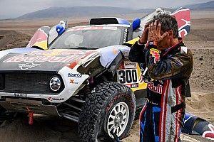 """Dakar: Sainz ha male al collo, ma sarà al via della quarta tappa. E polemizza: """"Il road book è un disastro!"""""""