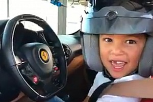 Video incredibile: bimbo guida la Ferrari con Leclerc coach