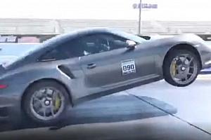 Eszméletlen, ahogy ezt a Porsche 911 Turbo S-t kikapják két kerékre (videó)