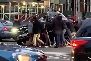 Videó: Tucatnyi járókelő segített leemelni egy elgázolt nőről a Mercedest