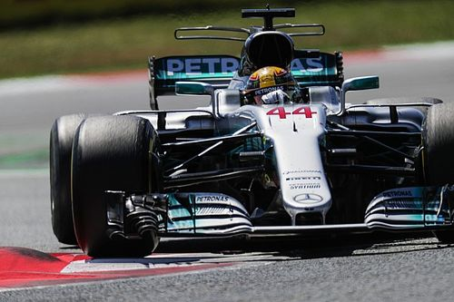 Hamilton abre mão de garrafa em seu carro para eliminar peso