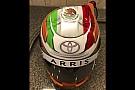 NASCAR Cup Suárez muestra su casco para NASCAR