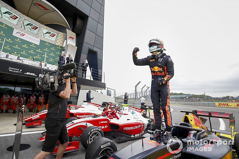Silverstone F3: Vips fends off Daruvala for win