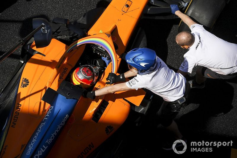 Vídeo: accidente y abandono de Sainz en la salida del GP de Rusia