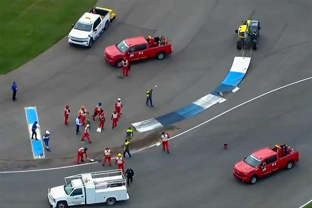 Indianapolis'teki NASCAR yarışına, tuhaf bordür kazaları damga vurdu