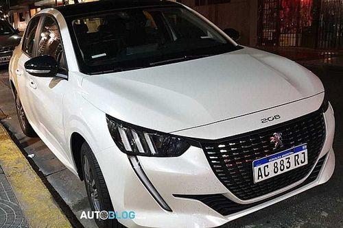 "Novo Peugeot 208 ""Mercosul"" mostra interior em novo flagra"