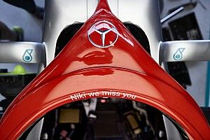 """A Mercedes """"örökre"""" megtartja a piros designt az autóin Niki Lauda miatt"""