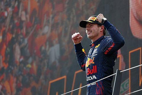 Verstappen completeert hattrick met zege in GP van Oostenrijk