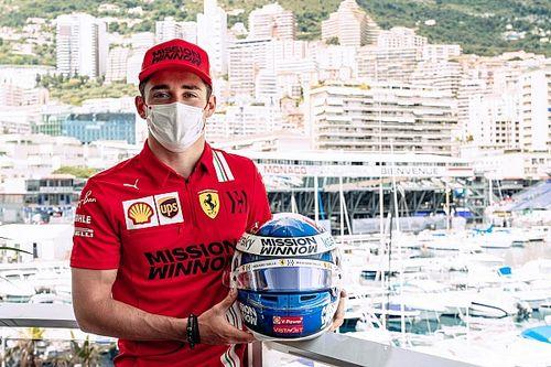 Leclerc rinde un homenaje con su casco en Mónaco