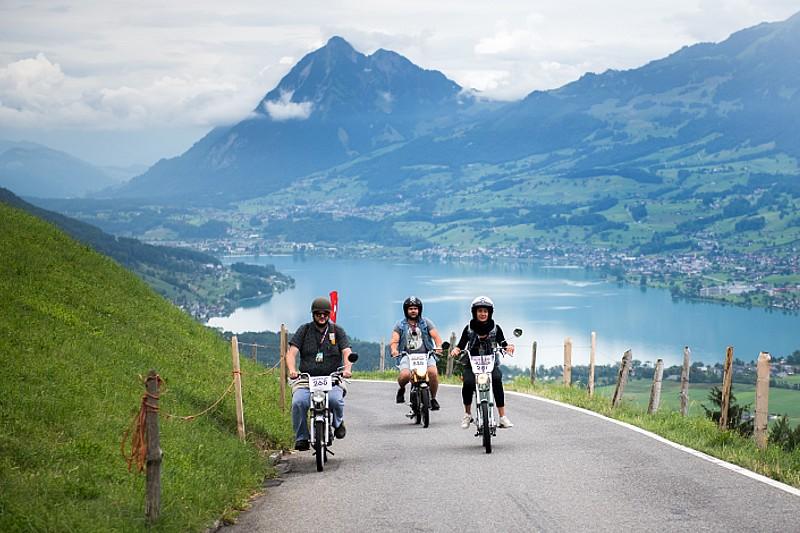 A 30 all'ora attraverso gli idilliaci paesaggi da cartolina della Svizzera centrale