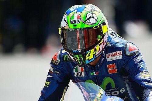 Rossi presenteia família Hayden com capacete do GP da Itália