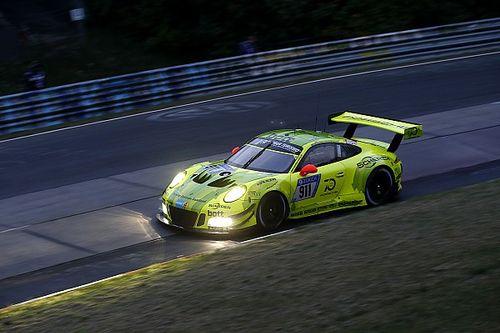 24h Nurburgring: Laurens Vanthoor regala la pole alla Porsche