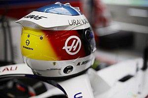 Mick Schumacher avec un casque spécial en hommage à son père