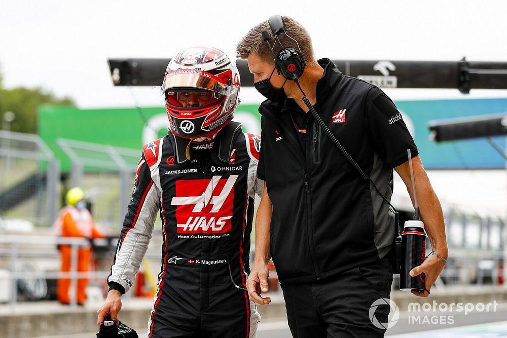 Пилоты Haas получили по 10 штрафных секунд за общение с инженерами на прогревочном круге