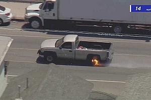 Videó: Filmekbe illő manőverrel kerülte ki az útzárat egy kaliforniai autótolvaj
