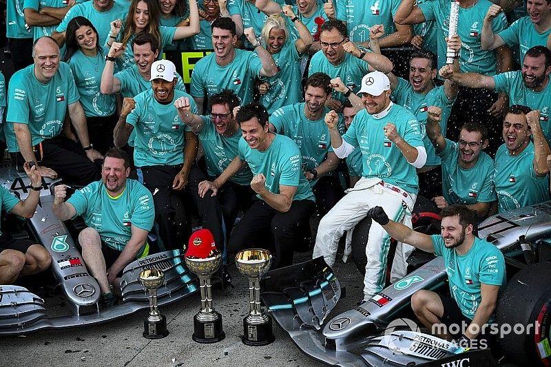 Mercedes dedica el título a Lauda