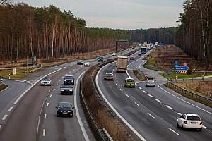 A németek is szigorítanának, üzemanyagár-emelkedés és sebességhatár is jöhet