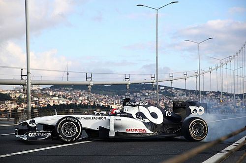 Így hajtotta meg Albon és Gasly a 2011-es F1-es kocsikat Isztambul utcáin! (galéria)