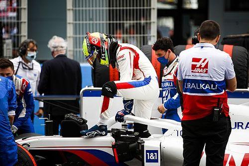 """Schumacher est """"assis de travers"""" dans son baquet Haas"""
