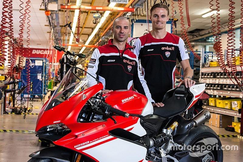 Chaz Davies y Marco Melandri visitan la fábrica Ducati