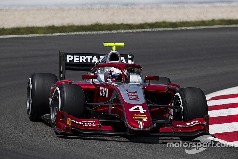 F2 Spanje: Sterke De Vries grijpt net naast overwinning in chaotische hoofdrace