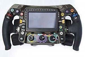 25 gomb és kapcsoló a Mercedes F1-kormányán, ami 80 óra alatt készül el