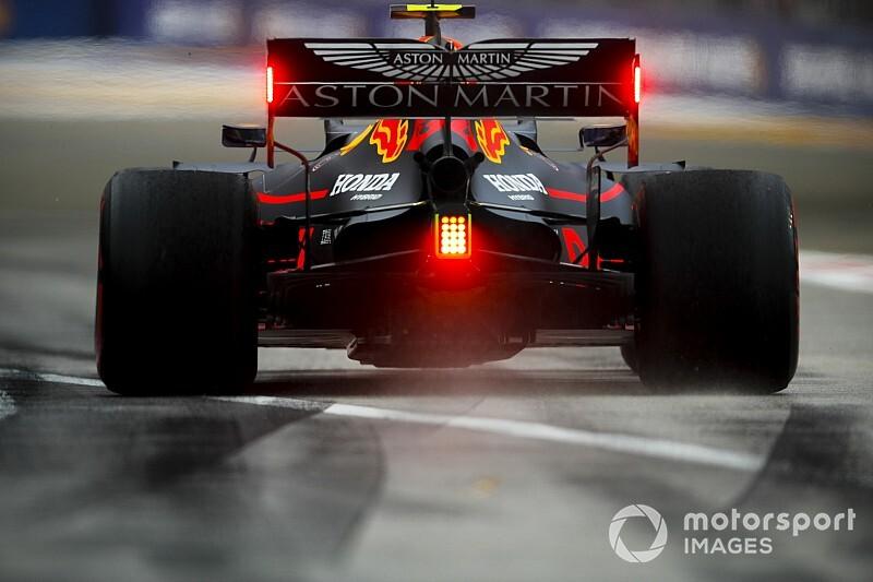 Verstappen végzett az élen Szingapúrban, Bottas nagyot csattant a Mercedesszel
