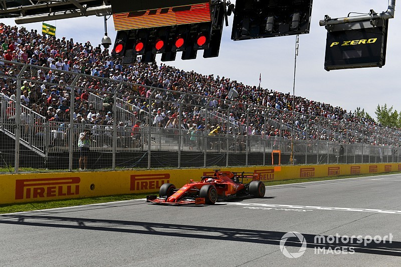 """Vettel druipt furieus af na tijdstraf: """"Dit is niet eerlijk"""""""