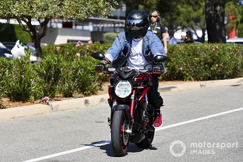Hamilton chega a Paul Ricard ostentando moto de R$ 104 mil e que chega a 244km/h