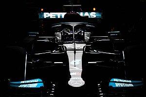 Хэмилтон согласился перекрасить черные болиды Mercedes