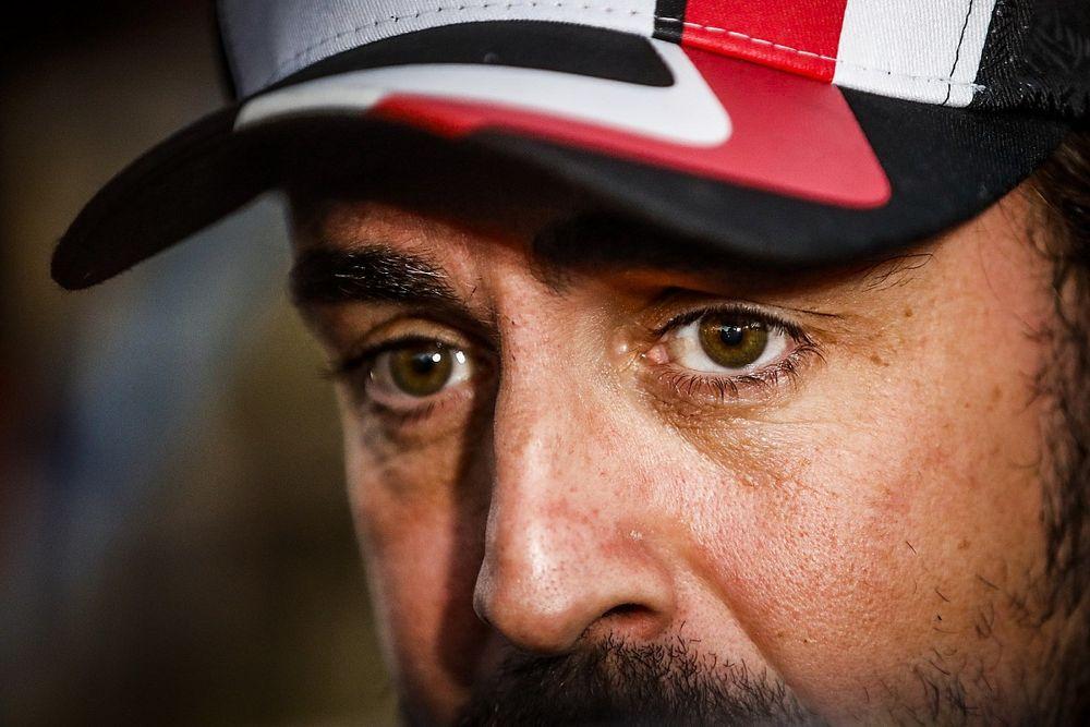 El lado más humano de Alonso en el Dakar