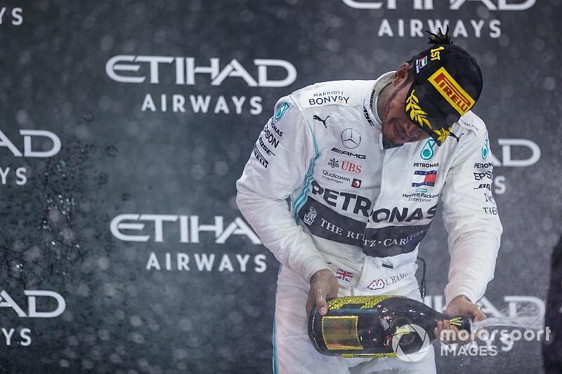 Видео: сотрудники Mercedes залили Боно шампанским