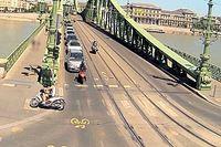 A Szabadság-híd járdáját használva próbált meglépni egy motoros a rendőrök elől (videó)