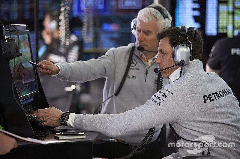 Прорыв Хэмилтона и отставание Боттаса стали загадкой для Mercedes