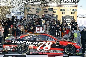 NASCAR Cup Relato da corrida Truex faz prova de recuperação e vence no Kansas