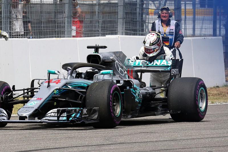 Különleges kameranézetből, ahogy Hamilton tolni kezdi a Mercedest