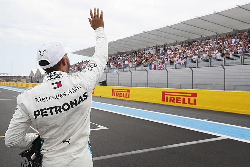 """Hamilton scherzt: """"Mache 2019 einen Fernglas-Stand auf"""""""