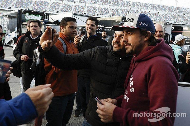 """ألونسو: أجواء سباق دايتونا 24 ساعة """"شبه مستحيلة"""" في الفورمولا واحد"""