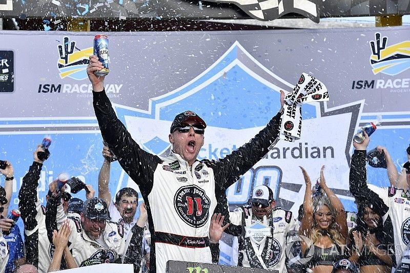 Harvick segura Busch e vence terceira seguida na NASCAR