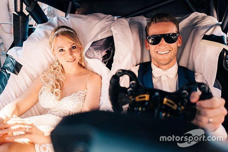 Гонщик Mercedes женился: свадебным экипажем стала машина DTM