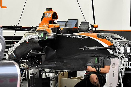McLaren: a destra radiatore acqua e scambiatore di calore