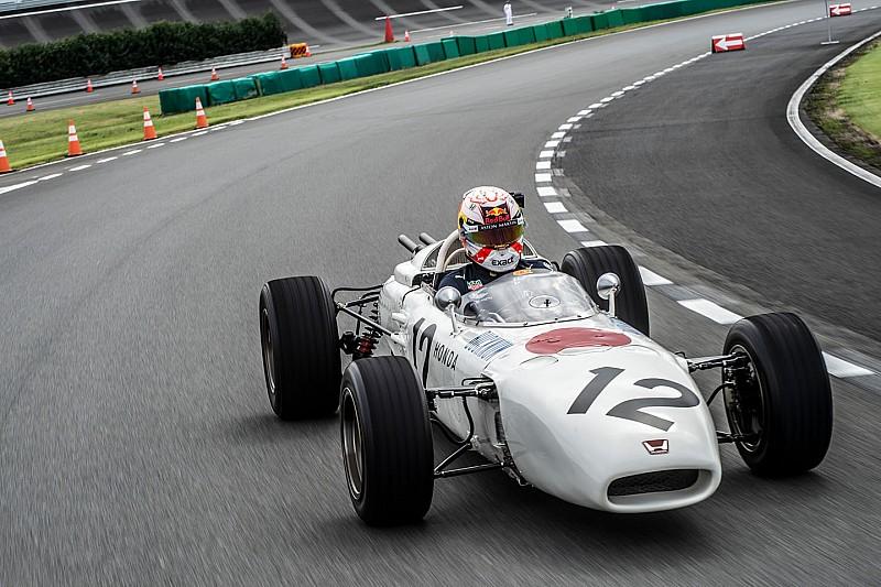 Verstappen si diverte sulla Honda del 1965 di Richie Ginther