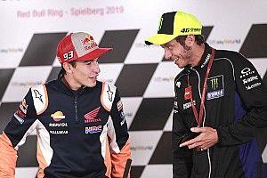 Vídeo: Márquez y Rossi felicitan a Hamilton por su hazaña