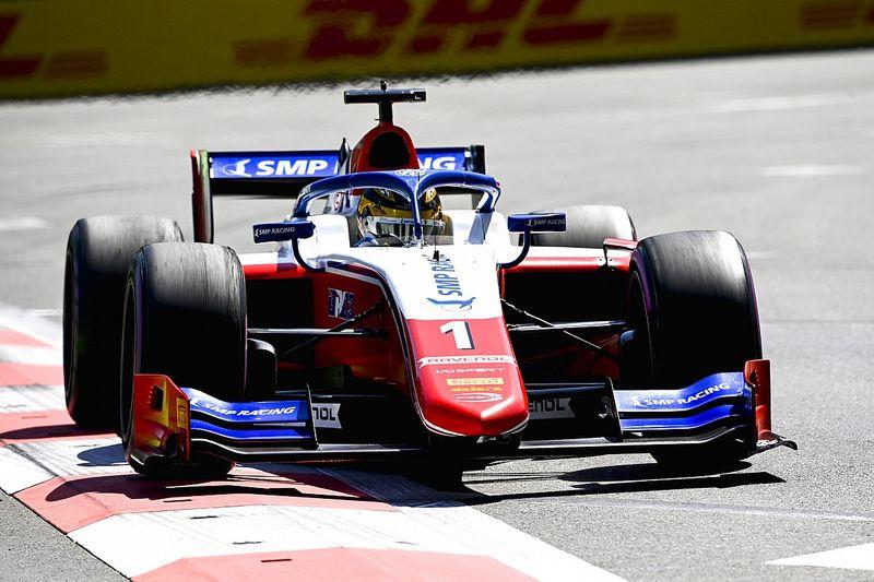Shwartzman wint sprintrace Formule 2 na chaotische openingsronde