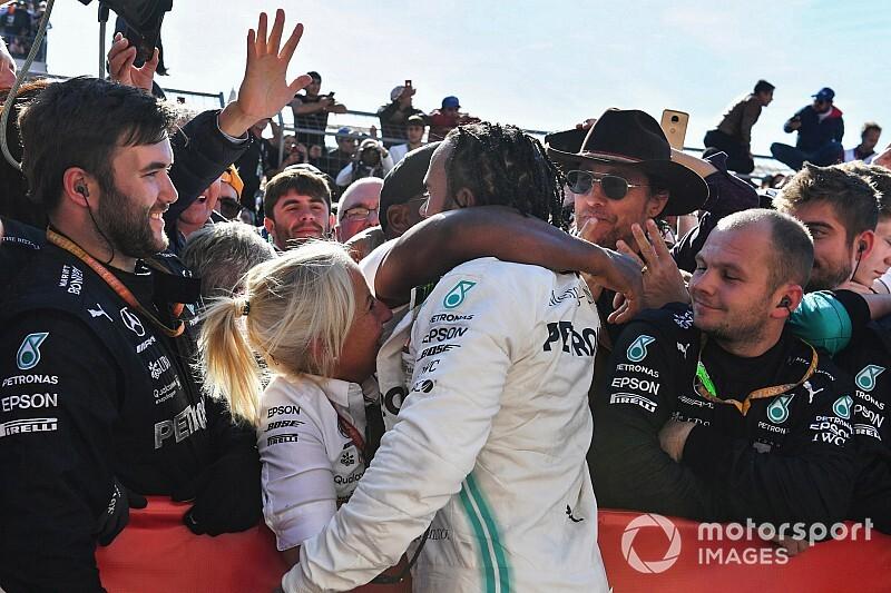 Tisztelet: Leclerc bement Hamilton mellé és intett (videó)