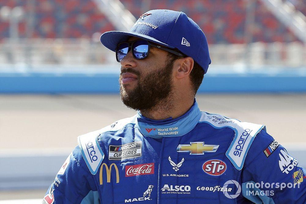Чернокожий гонщик NASCAR рассказал, как его обыскивали полицейские