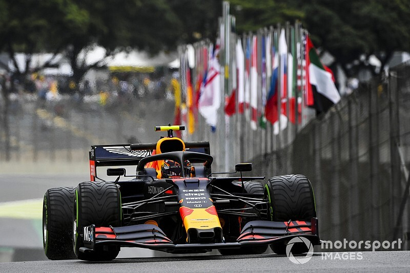 Albon nyerte az FP1-et Brazíliában, de összetörte a Red Bullt