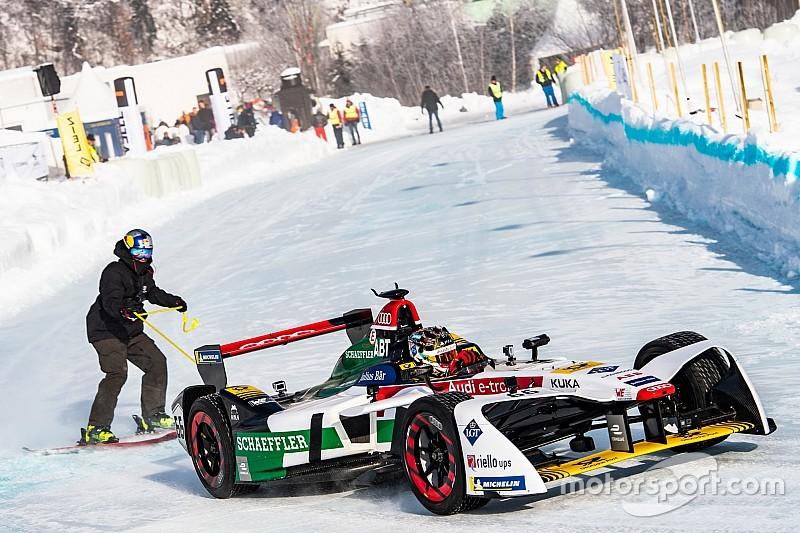 Ez lenne a téli sportok királya: Formula E-kocsival húztak egy sízőt