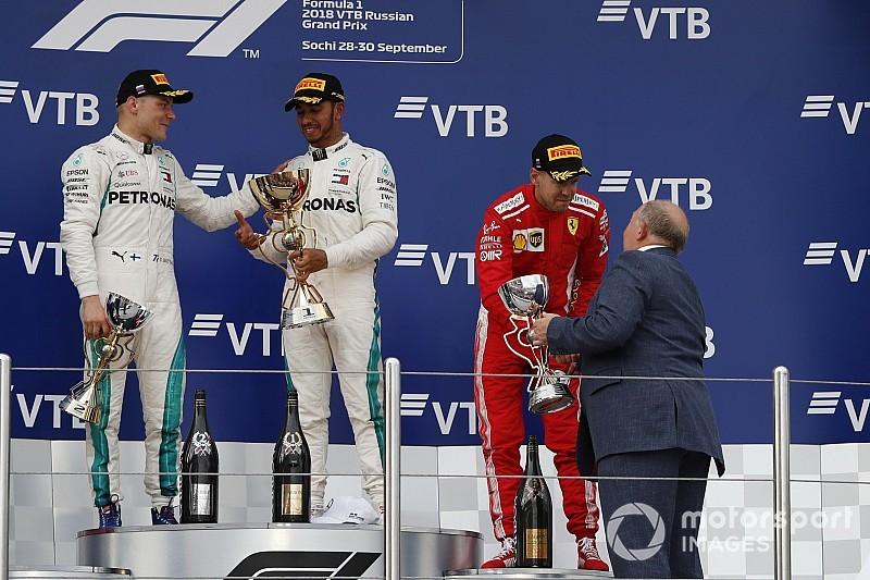 Hamilton gana con órdenes de equipo en Rusia