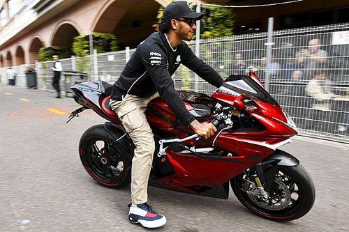 Hamilton: il silenzio su Lauda criticato da Watson, fa discutere il paddock
